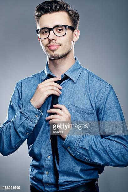 若い男性彼のネクタイを