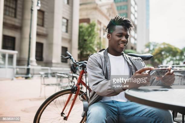 junge mann tut remote einzahlung erfassen der check - einzahlungsbeleg stock-fotos und bilder