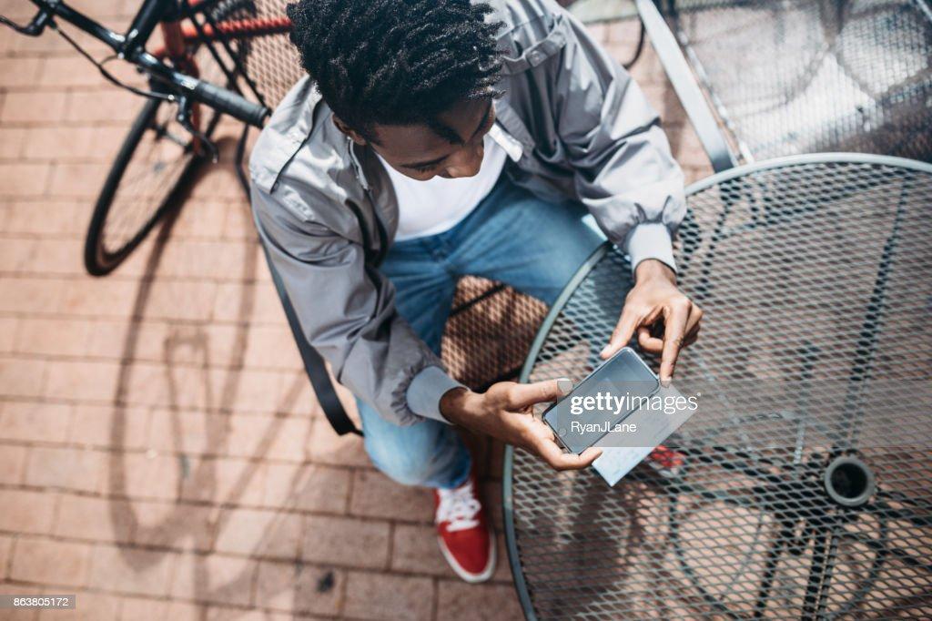 Junge Mann tut Remote Einzahlung erfassen der Check : Stock-Foto
