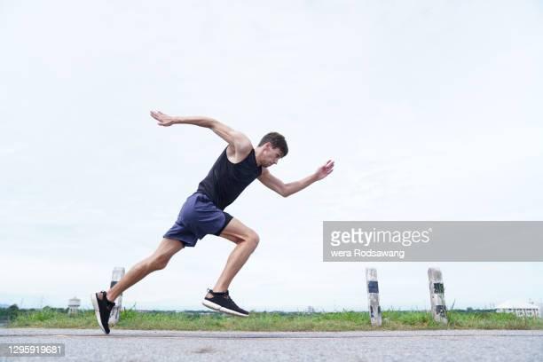 young man doing speed running - 男子トラック競技 ストックフォトと画像