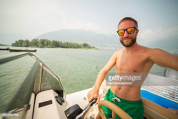 Junger Mann fahren selfie von ein Boot