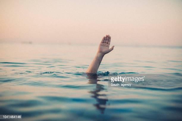 若い男の海に溺れて - 死 ストックフォトと画像
