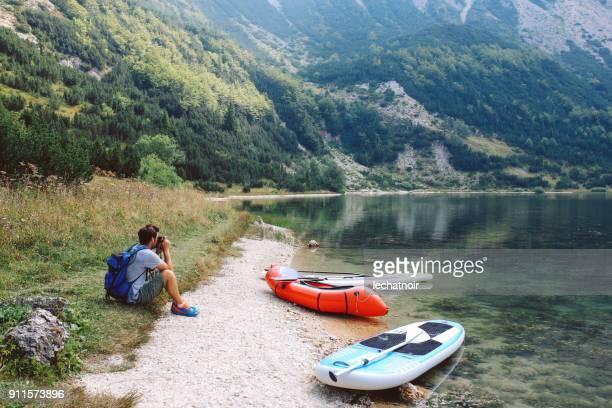 jovem, desfrutando de uma bela vista da natureza - bote inflável - fotografias e filmes do acervo