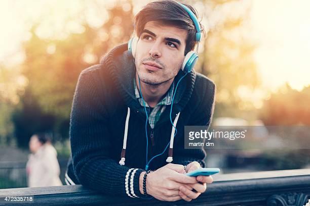 Junger Mann, genießen Sie die Musik