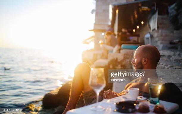 Junger Mann genießen den Sommer am Meer