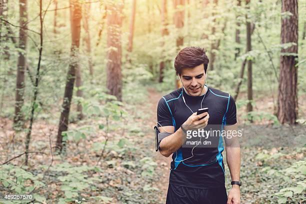 Junger Mann, der Ausübung inmitten der Natur