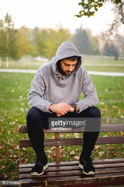 joven hacer ejercicio en el parque - hands in her pants fotografías e imágenes de stock