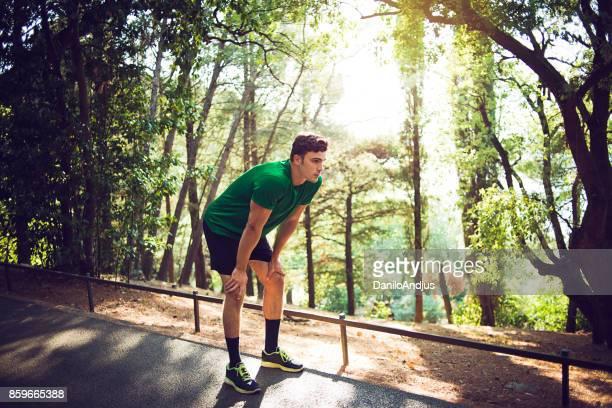 若い男が自然の中の運動