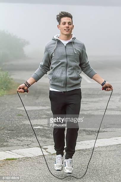若い男性のエクササイズジャンプロープ - pjphoto69 ストックフォトと画像