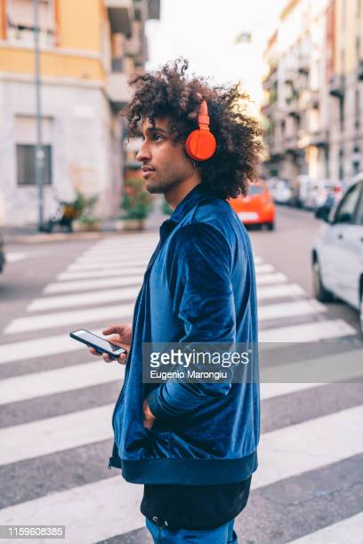 young man exploring city, milano, lombardia, italy - digital native stock-fotos und bilder