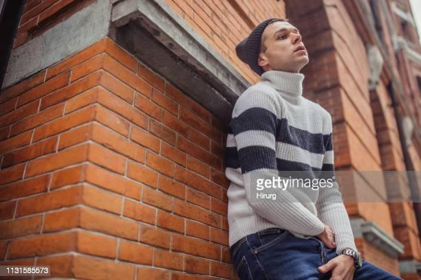 jonge man het gevoel verdrietig - coltrui stockfoto's en -beelden