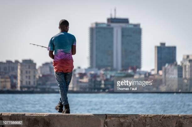 Junger Mann Angeln Malecon in Havanna
