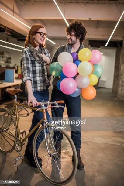 Junger Mann für seine Freundin Haufen bunte Ballons.