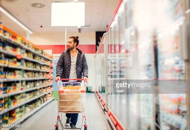 Junger Mann Lebensmittel einkaufen