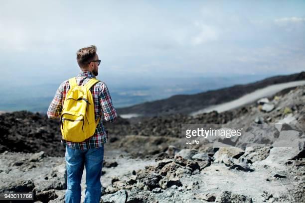 jovem caminhadas nas montanhas - mt. etna - fotografias e filmes do acervo