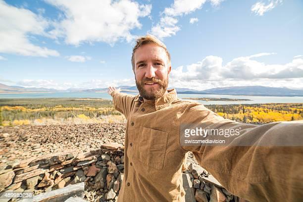 Jeune homme de randonnée est une autophoto portrait de mountain top