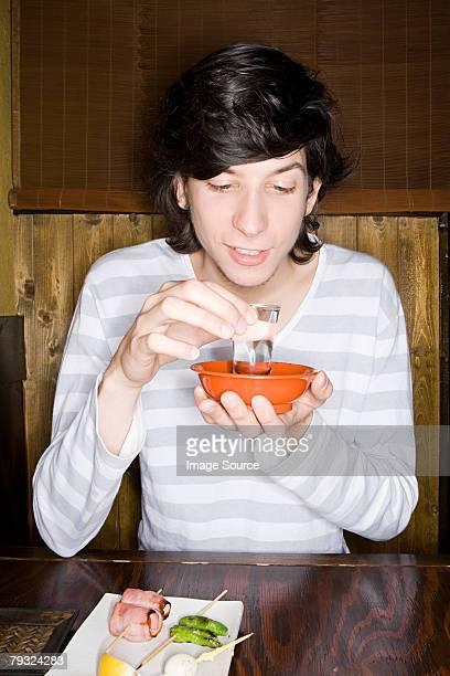 若い男性の日本酒を楽しみながら
