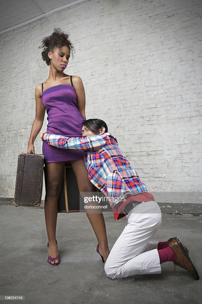 Young Man Holding a mujer deja con equipaje : Foto de stock