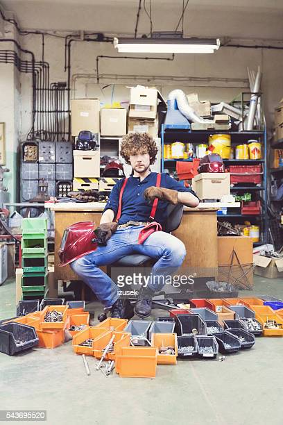 Junger Mann in einer Konstruktion workshop