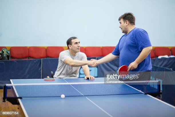 junger Mann im Rollstuhl ist Tischtennis spielen.