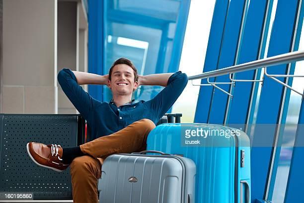 Junger Mann in einem Flughafen-lounge