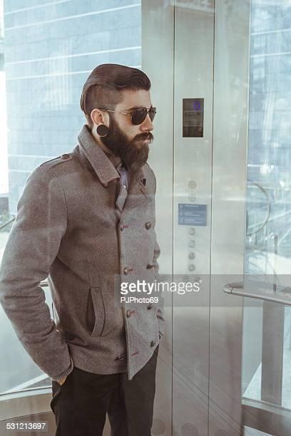 junger mann (stilvolle hipster) in einem aufzug - pjphoto69 stock-fotos und bilder