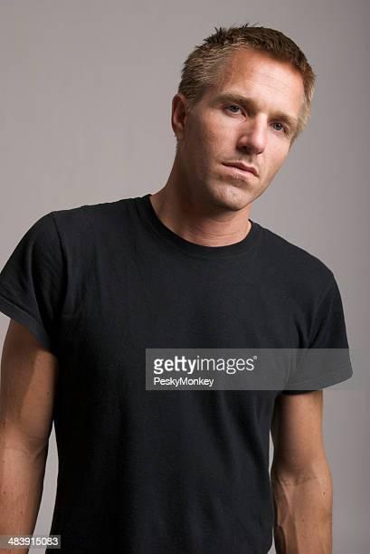 若い男性のブラックの T シャツスタイルのカメラの悪い姿勢