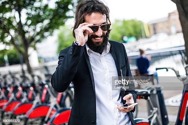 Joven hombre de negocios teniendo en bicicleta en la ciudad de Londres