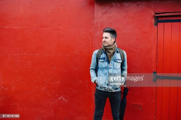 Junger Mann im Londoner Stadtteil Notting Hill