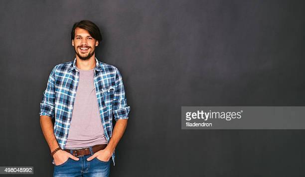 Junger Mann vor einer Tafel