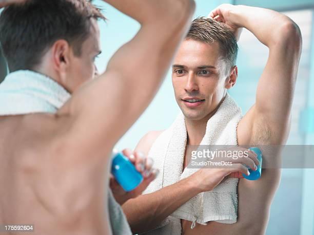 Jeune homme dans le miroir Après une douche
