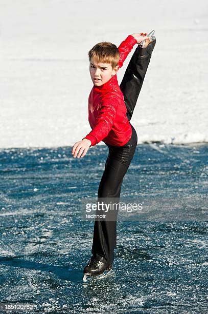 jovem em ação de patinação no gelo no lago bled - patinação artística - fotografias e filmes do acervo