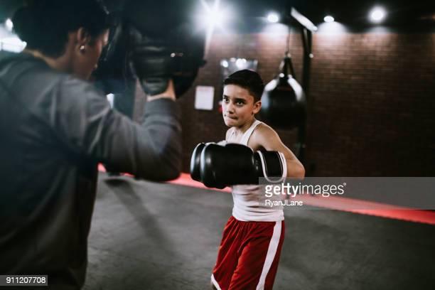 jonge man in kickboxing training center - vechtkunst stockfoto's en -beelden