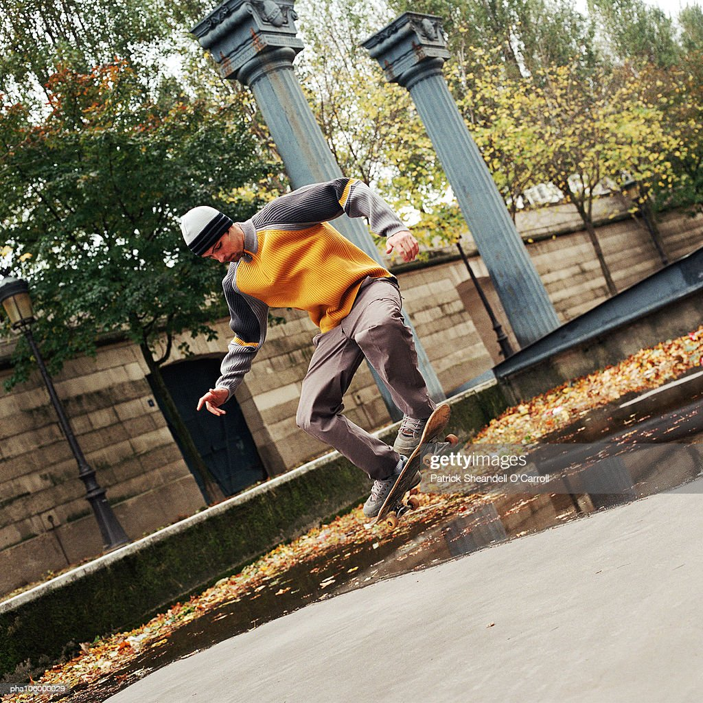 Young man in mid-air on skateboard : Stockfoto