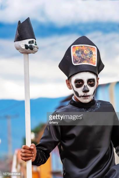 Jeune homme en costume religieux sur le Día de los Muertos, Oaxaca