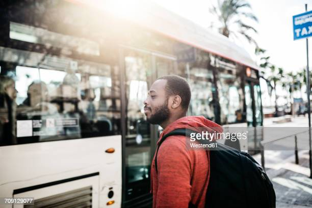 young man in the city waiting for the bus - autocarro imagens e fotografias de stock