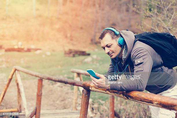 Jeune homme dans la montagne