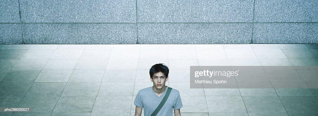 Young man in urban setting : Stockfoto