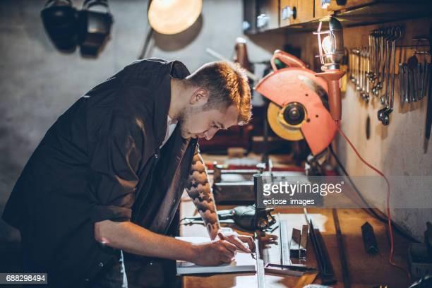 Jeune homme dans un atelier