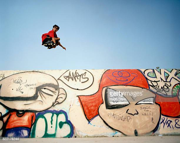 young man inline skating and jumping - hugh sitton stock pictures, royalty-free photos & images
