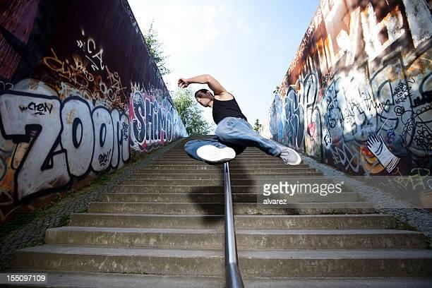 Junger Mann springt über die Mauer
