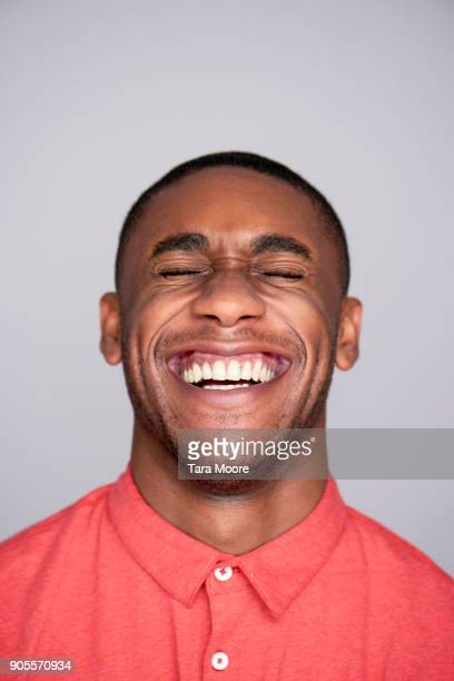 young man laughing - stralende lach stockfoto's en -beelden