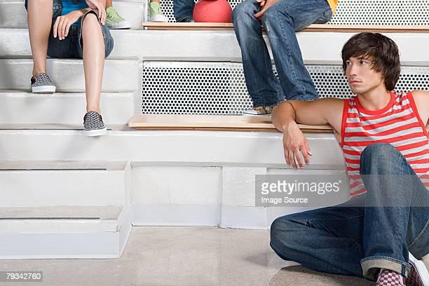 Junger Mann auf einen Sitzplatz