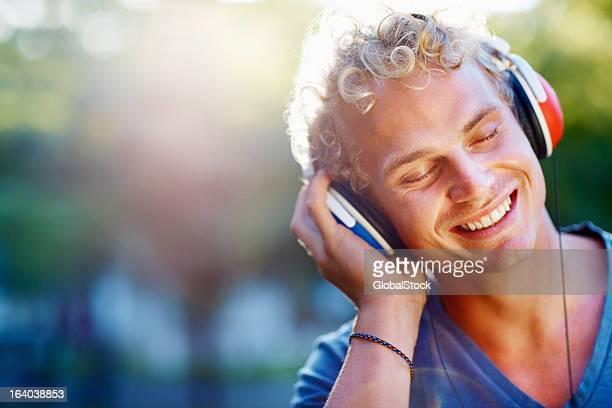 Junger Mann Musik hören