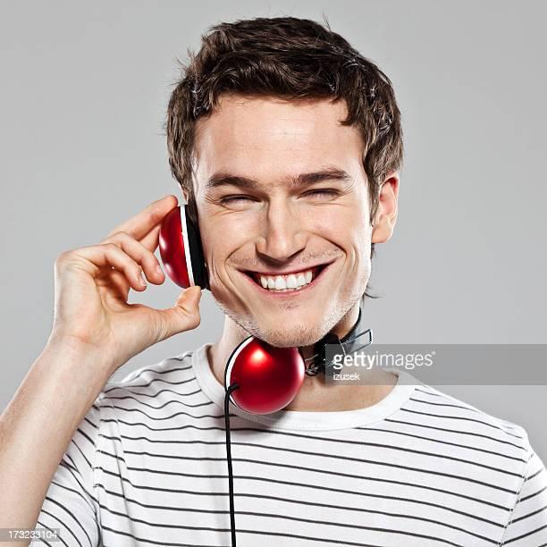 Jeune homme écoute de la musique