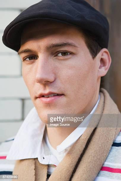 jovem olhando para a câmera - boina masculina - fotografias e filmes do acervo