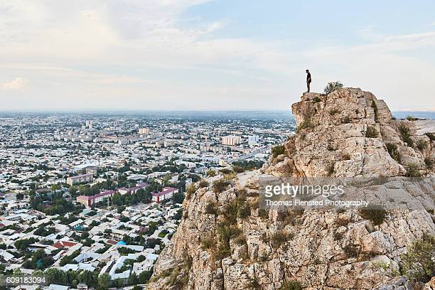 young man looking over city - osh stock pictures, royalty-free photos & images