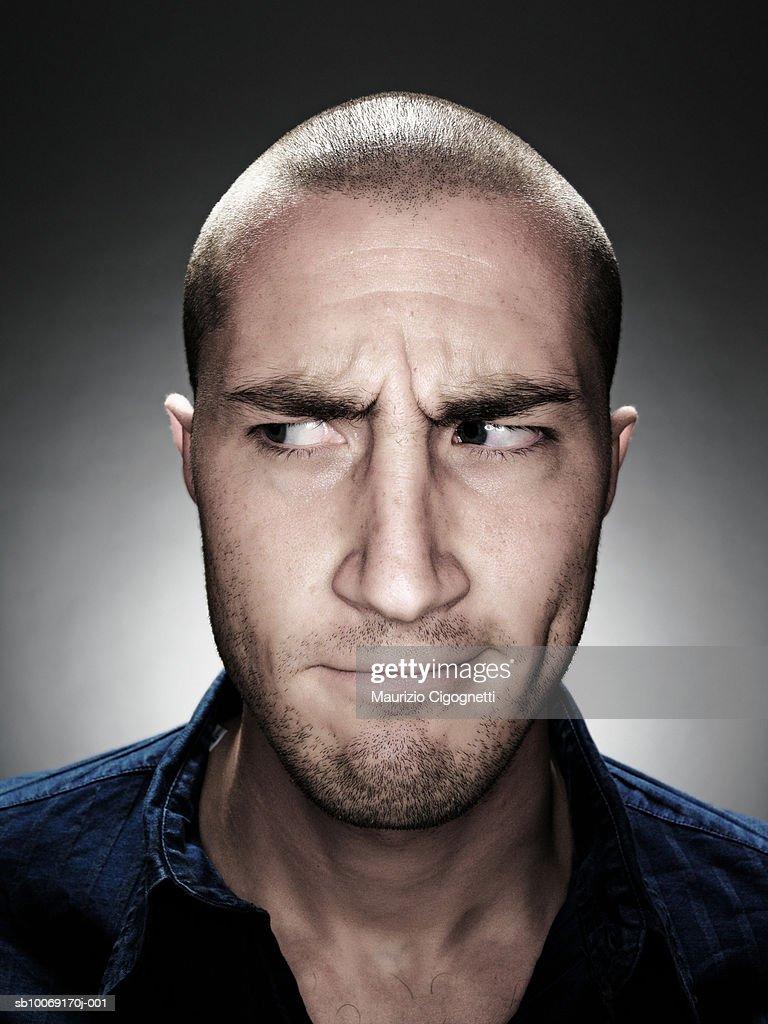 Young man looking sideways, portrait, studio shot : Stockfoto