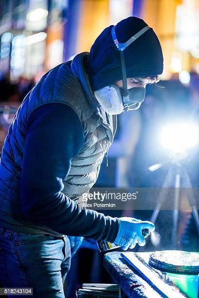 Jeune homme faire aérographie peinture pour public à Temps Place