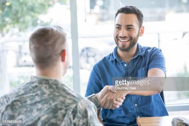 軍のリクルーターと会う若者 - リクルーター ストックフォトと画像